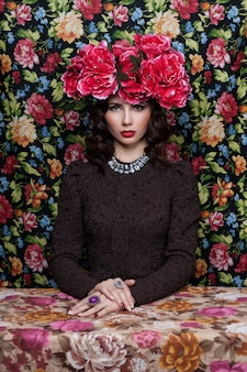 Portret pięknej kobiety z kwiatami we włosach.