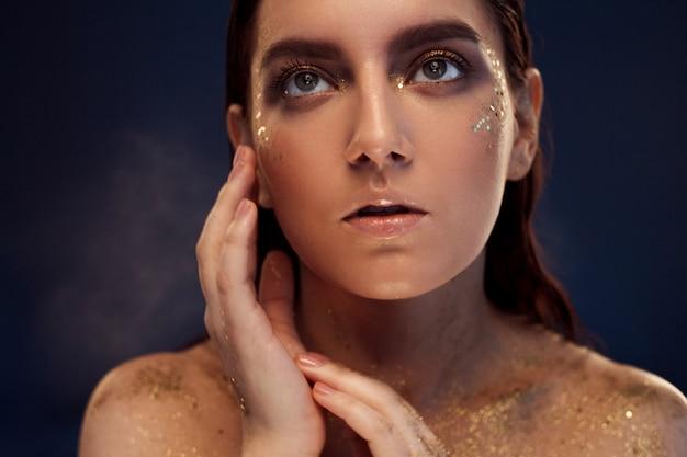 Portret pięknej kobiety z makijaż kreatywnych złota