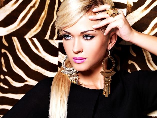 Portret pięknej kobiety z makijażem mody na twarzy i długimi białymi włosami.