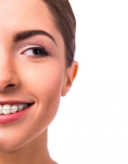 Portret pięknej kobiety z nawiasami klamrowymi na zęby.