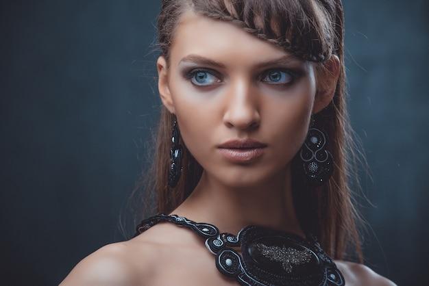 Portret pięknej kobiety z pięknym makijażem i fryzurą. z dekoracją dużego kamienia