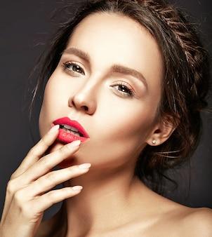 Portret pięknej kobiety z świeży makijaż dzienny dotykając jej usta