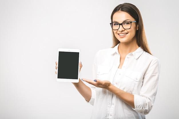Portret pięknej kobiety za pomocą tabletu