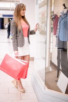 Portret pięknej kobiety zakupy okno