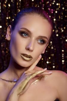 Portret pięknej kobiety ze złotym makijażem