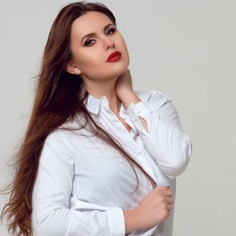 Portret pięknej kręcone młoda kobieta plus size