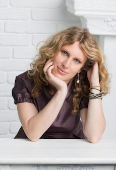 Portret pięknej, kręconej blondynki zamyślonej kobiety