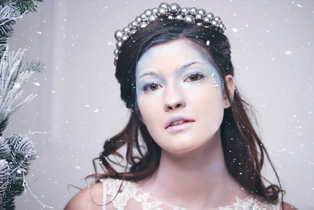 Portret pięknej królowej śniegu wśród padającego śniegu