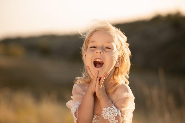 Portret pięknej małej dziewczynki księżniczki w różowej sukience