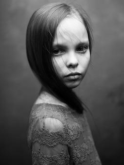 Portret pięknej małej dziewczynki szare zdjęcie model sukienka widok z boku