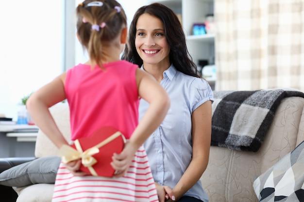 Portret pięknej mamusi spędzającej czas razem z dzieckiem