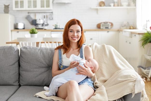 Portret pięknej matki z dzieckiem