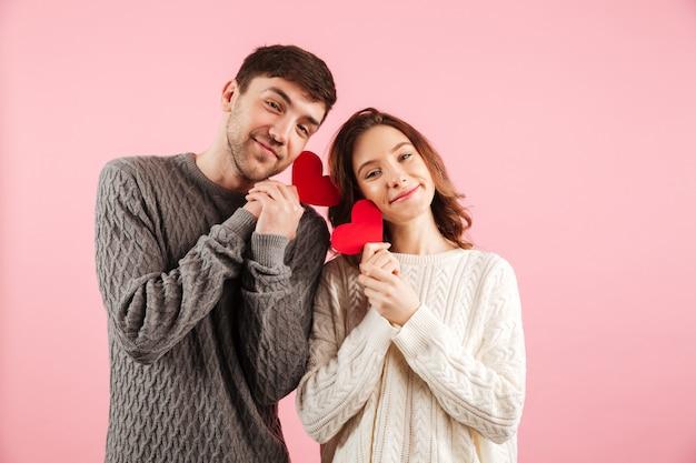 Portret pięknej miłości para ubrana w swetry