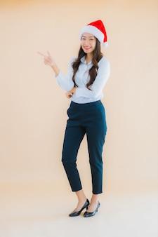Portret Pięknej Młodej Azjatyckiej Kobiety Biznesu Nosić świąteczny Kapelusz Darmowe Zdjęcia