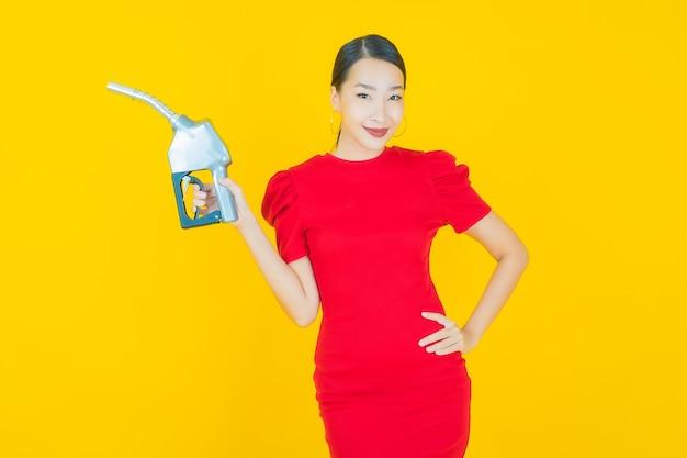 Portret pięknej młodej azjatyckiej kobiety feul na żółto