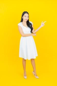 Portret pięknej młodej azjatyckiej kobiety uśmiech