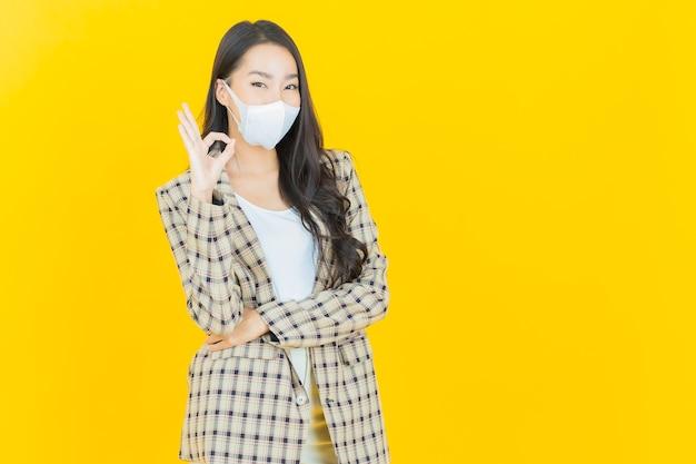Portret pięknej młodej azjatyckiej kobiety z maską dla ochrony covid19 lub wirusa