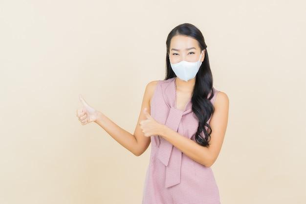 Portret pięknej młodej azjatyckiej kobiety z maską do ochrony covid19 lub wirusa