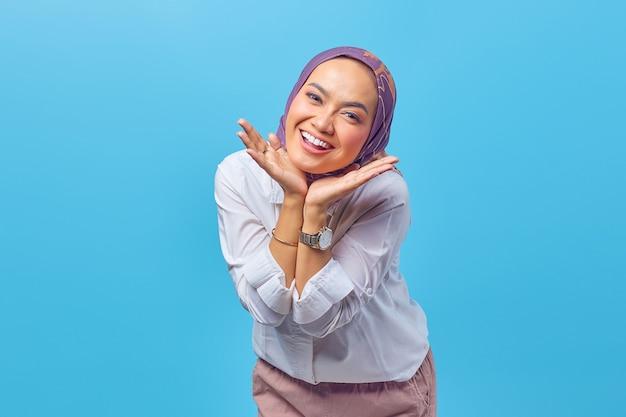 Portret pięknej młodej azjatyckiej kobiety z rękami na policzkach