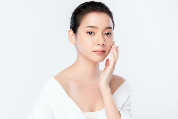 Portret pięknej młodej azjatykciej kobiety skóry czysty świeży nagi pojęcie. azjatyckie dziewczyny piękno twarzy pielęgnacji skóry i zdrowia wellness, zabieg na twarz, idealna skóra, naturalny makijaż ,, dwa