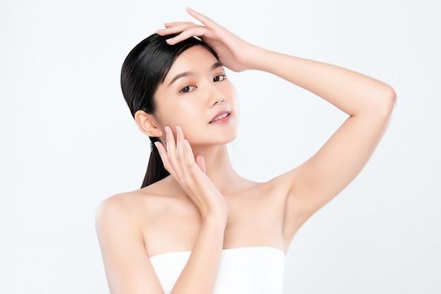Portret pięknej młodej azjatykciej kobiety skóry czysty świeży nagi pojęcie. azjatyckie dziewczyny uroda pielęgnacja twarzy i zdrowie skóry, zabieg na twarz, idealna skóra, naturalny makijaż,