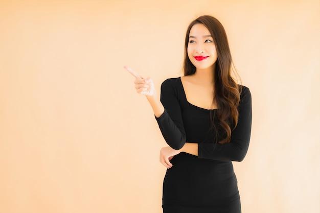Portret pięknej młodej azjatykciej kobiety szczęśliwy uśmiech w akci