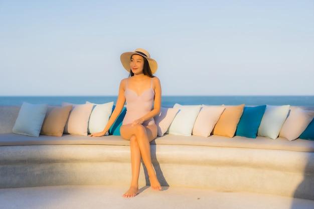 Portret pięknej młodej azjatykciej kobiety szczęśliwy uśmiech wokoło dennej ocean plaży