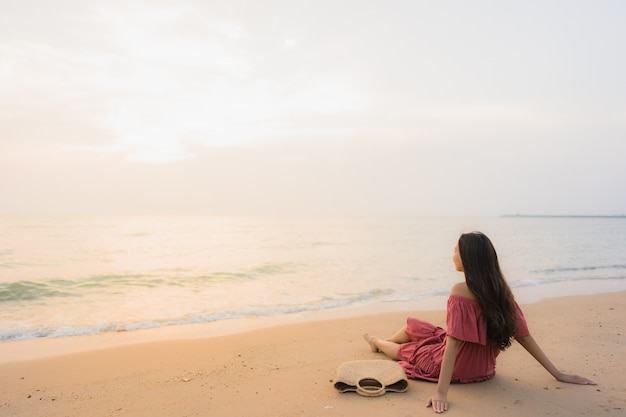 Portret pięknej młodej azjatykciej kobiety uśmiechu szczęśliwy czas wolny na plażowym oceanie i morzu