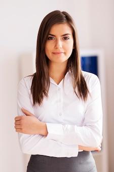 Portret pięknej młodej bizneswoman w biurze