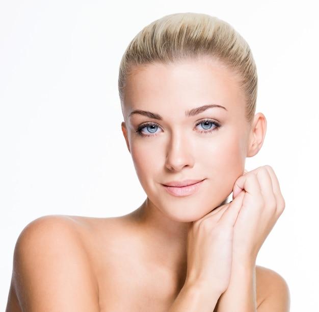 Portret pięknej młodej blond kobieta z czystą twarzą - na białym tle
