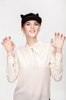 Portret pięknej młodej blond sexy kobieta w kapeluszu kota. catwoman