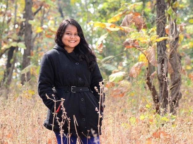 Portret pięknej młodej dziewczyny na zewnątrz w parku w sezonie zimowym