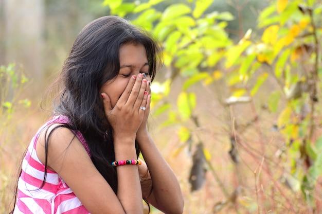 Portret pięknej młodej dziewczyny na zewnątrz w parku.