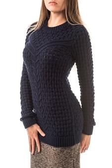 Portret pięknej młodej dziewczyny studentka w pozowanie sweter z dzianiny. koncepcja ciepłej zimowej dzianiny z naturalnej wełny.