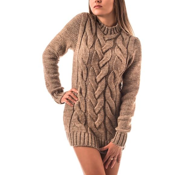 Portret pięknej młodej dziewczyny ubrana w dzianinowy sweter pozowanie. koncepcja naturalnej organicznej odzieży wellness.