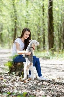 Portret pięknej młodej dziewczyny z psami