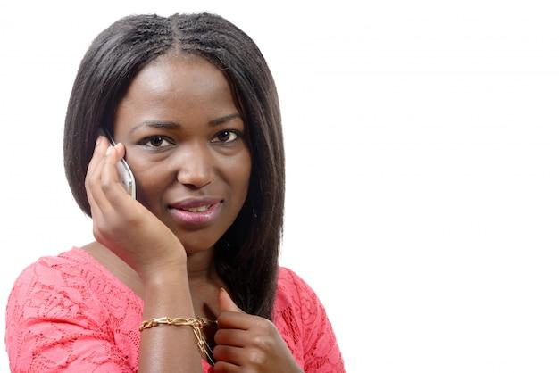 Portret pięknej młodej kobiety afrykańskie rozmawia przez telefon komórkowy