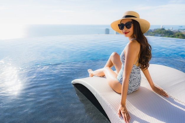 Portret pięknej młodej kobiety asian uśmiech szczęśliwy relaks wokół basenu w hotelowym kurorcie na wypoczynek