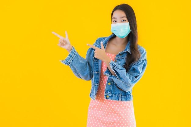 Portret pięknej młodej kobiety azjatyckie nosić maskę do ochrony koronawirusa lub covid19