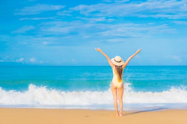 Portret pięknej młodej kobiety azjatyckie relaks na plaży w podróży wakacje