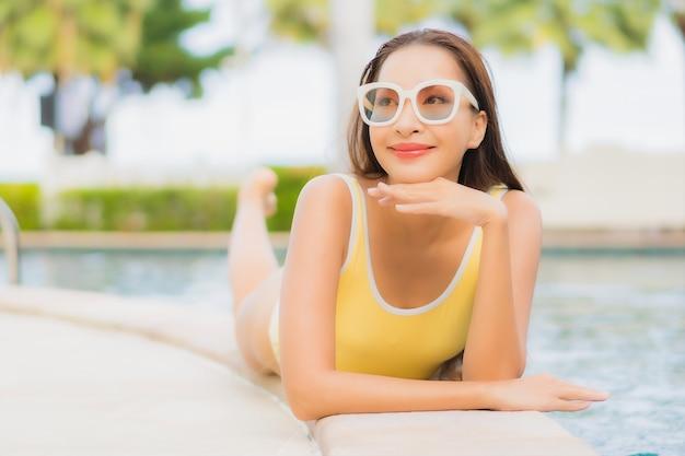 Portret pięknej młodej kobiety azjatyckie relaks na świeżym powietrzu w basenie podczas wakacyjnej wycieczki