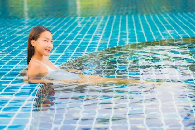 Portret pięknej młodej kobiety azjatyckie relaks uśmiech wypoczynek wokół basenu w pobliżu morza