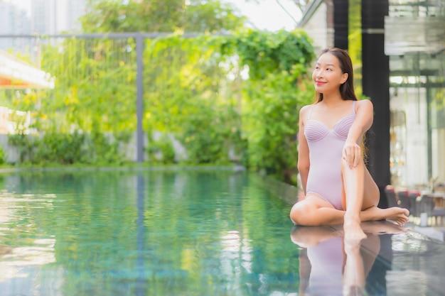Portret pięknej młodej kobiety azjatyckie relaks uśmiech wypoczynek wokół odkrytego basenu w hotelowym kurorcie