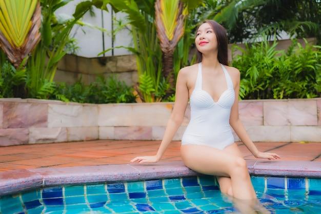 Portret pięknej młodej kobiety azjatyckie relaks uśmiech wypoczynek wokół odkrytego basenu