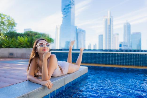 Portret pięknej młodej kobiety azjatyckie relaks wypoczynek cieszyć się wokół odkrytego basenu