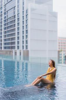Portret pięknej młodej kobiety azjatyckie relaks wypoczynek przy basenie