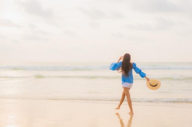 Portret pięknej młodej kobiety azjatyckie relaks wypoczynek uśmiech wokół plaży morze ocean w czasie zachodu słońca