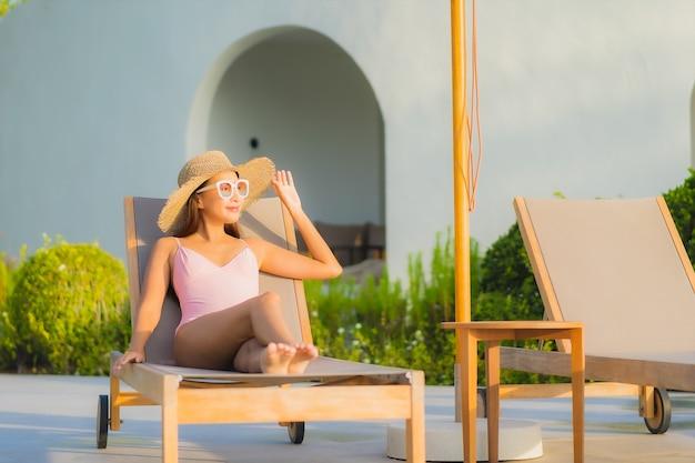 Portret pięknej młodej kobiety azjatyckie relaks wypoczynek wokół odkrytego basenu z morzem