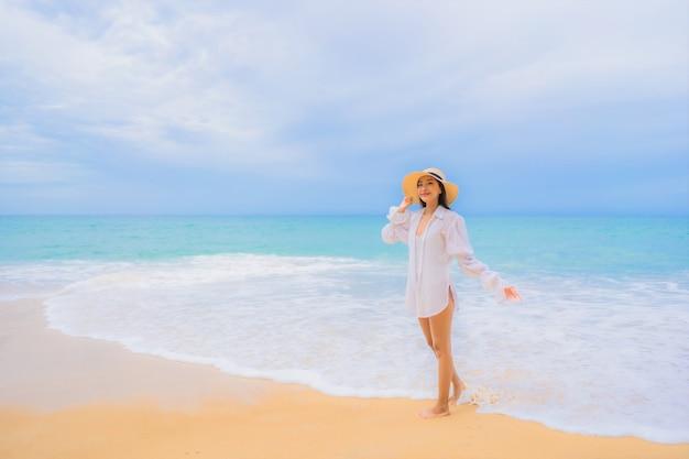 Portret pięknej młodej kobiety azjatyckie relaksu wokół oceanu plaży w podróży wakacje