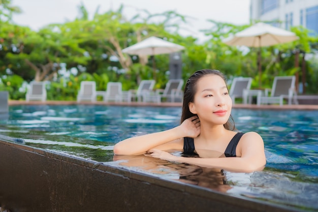 Portret pięknej młodej kobiety azjatyckie wypoczynek relaks uśmiech wokół odkrytego basenu na wakacje